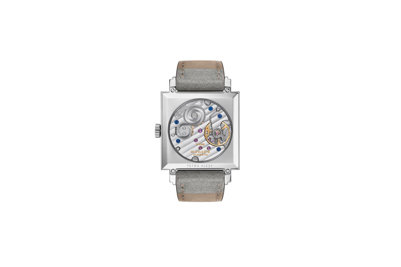 NOMOS Glashütte ist bekannt als jene Marke, die alle elf Uhrwerke selbst konstruiert. In Tetra Unsterbliche Geliebte tickt Handaufzugswerk Alpha. Mit Sichtboden aus Saphirglas